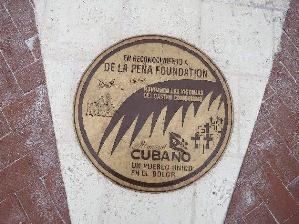 Dos medallones de bronce donados por La Peña Foundation en honor a los Hermanos al Rescate asesinados y las victimas del Remolcador 13 de Marzo