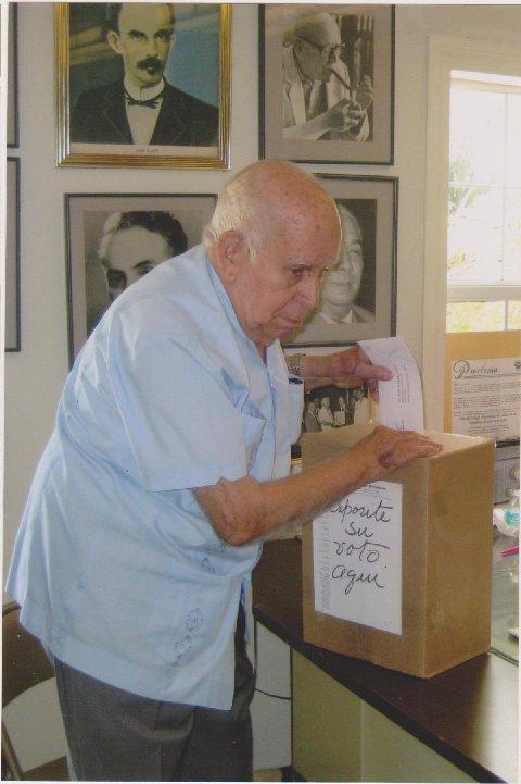 Julio Ferreiro Mora al momento de votar
