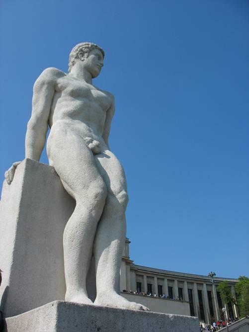 Escultura de Adán en los jardines de la Colina del Trocadero de París.