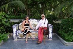 En un banco azulejeado de Marbella.