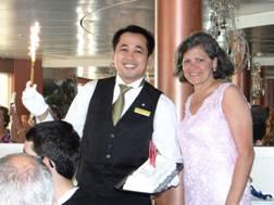 Marta y Wawam, nuestro simpático camarero,durante la Cena de Gala.