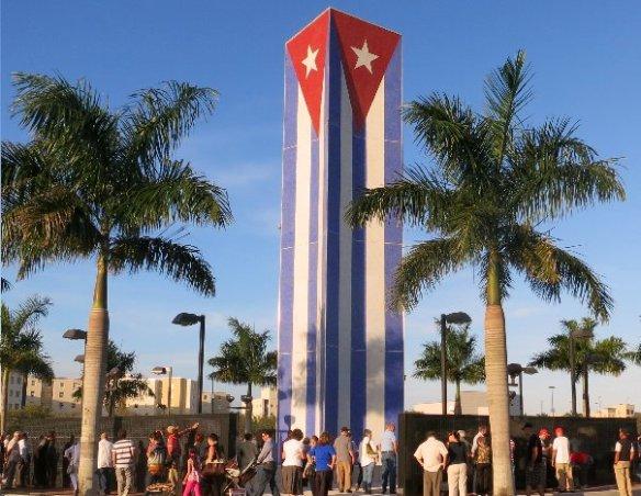 Cubanos buscando entre los mártires y victimas a sus familiares y amigos - Kopia