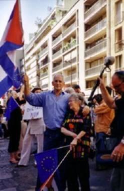 Con Gina Pellón, manifestando frente al Consulado del régimen cubano en París.