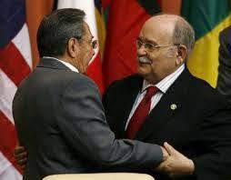Foto: Miguel D'Escoto Brokmann y Raúl Castro Ruz.