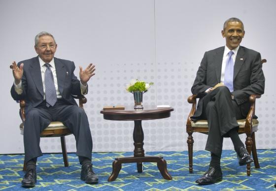 """El Sr. Barack Obama y el """"compañero"""" Raúl Castro en Panamá, 11 de abril de 2015."""