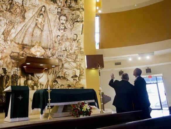 El padre Rumín le explica al Sr. presidente de los EE.UU. Barack Obama, el significado delmural en el altar mayor de la Ermita de la Caridad. Miami, mayo2015